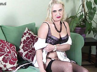 業餘英國母親變得赤裸和淘氣