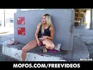 mofos perky青少年重磅炸彈銀行戲劇用她的食物