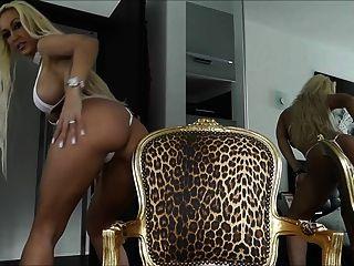 熱的金髮美女在小比基尼的戲弄