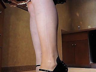 桃紅色娘娘腔的女人性感的腳跟的sissy光芒在廚房裡