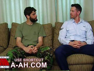 英國士兵得到美國士兵ass。