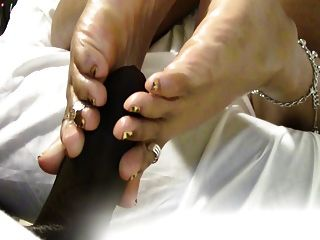 mrs coqueen得到她的鞋底他媽的同時觀看色情