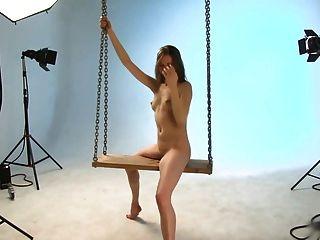 芭蕾舞女演員。蹺蹺板拍攝。