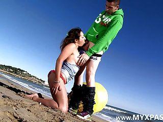 法國pornstar夏洛特屁股在海灘上