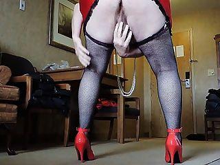 在紅色超短裙和黑漁網長襪的sissy射線