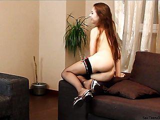 青少年弗吉尼亞擺在和spreadingon沙發