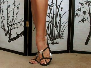 寶貝顯示她的鞋子收集...超級性感的腳!