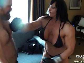 混合拳擊肌肉熱的女孩beatdowns