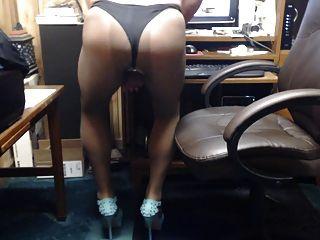 連褲襪和腳跟的crossdresser戲劇