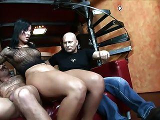性在一個紅色沙發