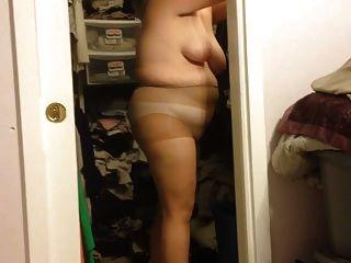 妻子放在她的內褲鋤頭,黑色腰帶在bbw身體