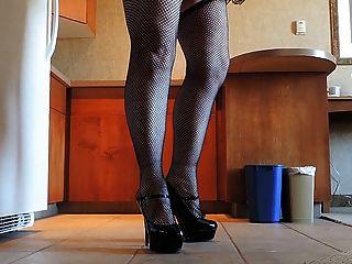 sissy射線在桃紅色sissy圍裙和漁網長襪