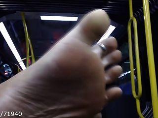 坦率的腳和鞋底上的公共汽車