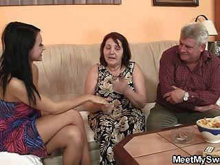 無辜的女孩是被奶奶誘惑和性交的爸爸
