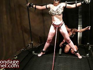 女同性戀統治。的年輕女孩鞭打milf,使她暨