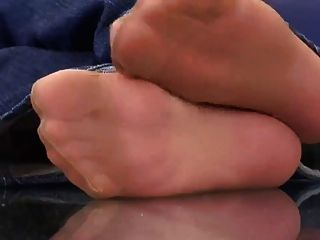 兩個女孩顯示腳