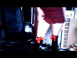 女孩顯示她的襪子集合