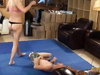 面對在桃紅色胸罩和內褲的金發碧眼的女人dominatrix