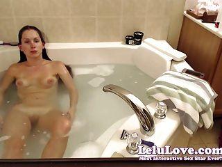 網絡攝像頭女孩洗頭髮和剃須腿和貓在浴