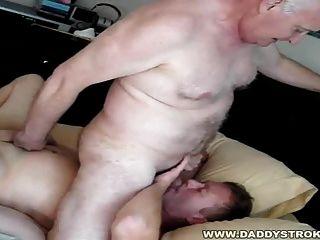 家裡又一次爸爸喜歡得到他的男孩!
