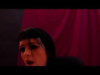 由吸血鬼大師噴出朋克女孩