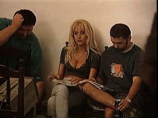 熱房女傭乞求兩個穿透的兩個傢伙