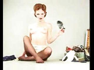 所有自然的紅發女郎色情明星在dita風格內衣和絲襪手淫脫衣