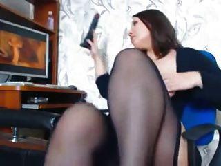 一個女人與美麗的曲線手淫觀看色情