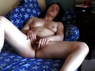 胖胖的朋友手淫她毛茸茸的貓在沙發上
