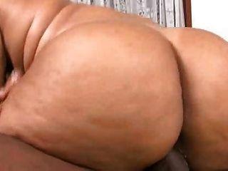 eleonora和她的大胖子的屁股得到性交真的很難