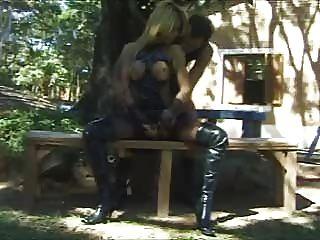 金發碧眼的人妖在公園裡很難操