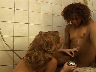異族女同性戀他媽的在淋浴... usb
