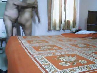 成熟印度夫婦做愛在臥室裡