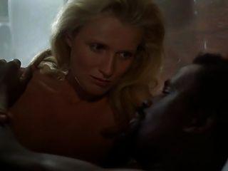 白膚金發的白人婦女與黑人軟軸斷種族