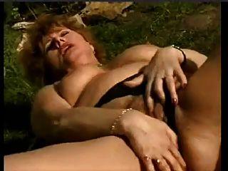濕更老的妻子手淫在庭院裡由snahbrandy