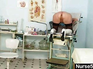 金發碧眼的奶奶護士自我檢查與貓撒佈機