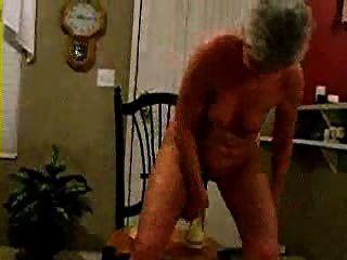 討厭的老婦人獲得樂趣