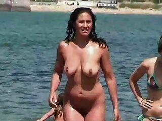 mujer madura de pezones duros en la playa
