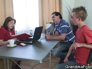 奶奶他媽的兩個失業人