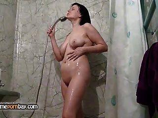業餘吸吮和他媽的在浴室