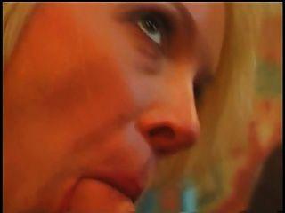 有大多汁的山雀的美麗的金發碧眼的女人獲得在餐桌上