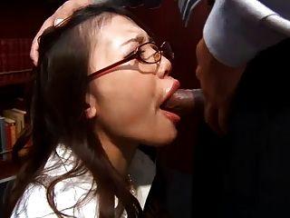 辦公室蕩婦ibuki跪下來,給她的老闆一個濕blowj