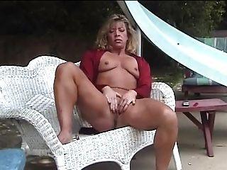 成熟的手淫在花園裡