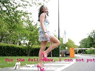 在高跟鞋upskirt視圖的青少年的跳繩