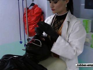 在婦產科椅子的橡膠奴隸。