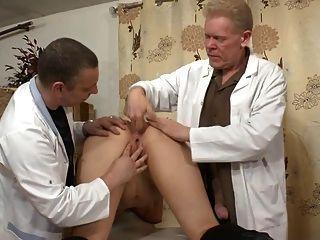 一個業餘的法國蕩婦被剃光,拳頭和肛門堵塞