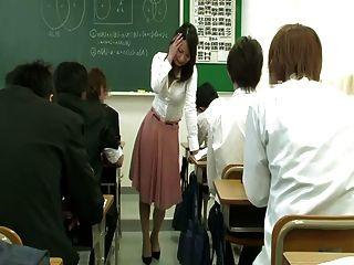 遠程振動器在老師裙子下