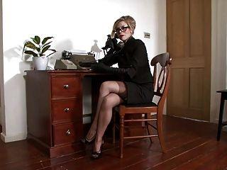 michelle潮濕感覺貪婪在辦公室。