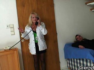 小伙子拿起金發碧眼的奶奶和轟炸她