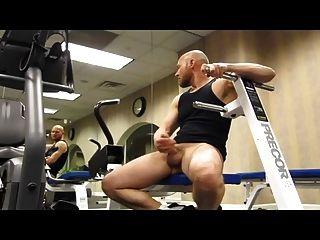 calvo musculoso pajeandose en el健身房